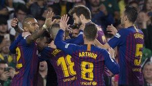 Los jugadores del Barça celebran uno de sus goles en el partido contra el Real Betis