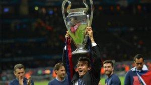 Luis Enrique, levantando al cielo de Berlín la Champions conquistada en 2015