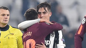 Messi se abraza con Dybala al final del partido