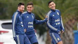 Messi sonríe en el entrenamiento junto a Paredes y Dybala.