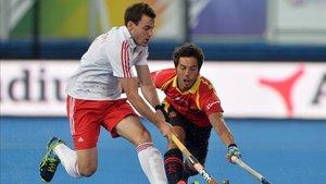 Miquel Delas intentando robar la pelota con la selección española
