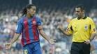 Pino Zamorano dialoga con Ronaldinho en un partido dirigido en el Camp Nou