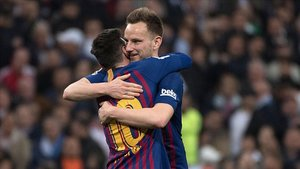 Rakitic celebra el gol contra el Madrid con Messi