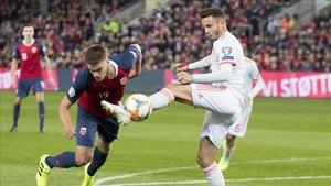 Saúl, autor del gol español, corta un avance de Noruega