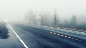 Conducir seguro con hielo en la carretera.