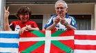 Aficionados con banderas de la Real Sociedad y el Athletic