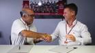 Carmelo Ezpeleta, CEO de Dorna Sports y Pit Beirer, director de KTM Motorsport han rubricado su firma en un contrato