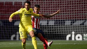 Dani Parejo intenta zafarse de la presión del atlético Ángel Correa