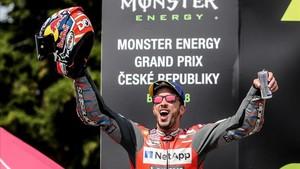 Dovizioso, exultante en el podio de Brno