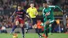Eddy Silvestre persigue a Neymar en un partido en el Camp Nou en su etapa en el Granada