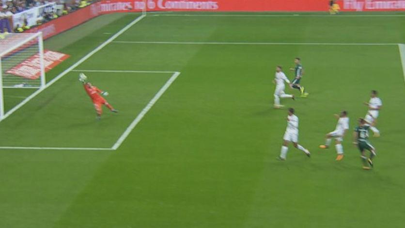 LALIGA   Real Madrid-Betis (0-1): El paradón de Keylor tras el fallo de Carvajal