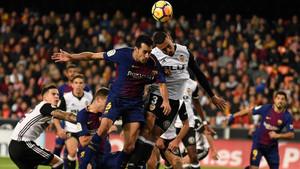 Un lance del duelo en Mestalla