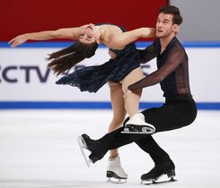 Laurence Fournier Beaudry (L) y Nikolaj Sorensen (R) de Canadá en acción durante el programa Ice Dance Free Dance en la Copa SHISEIDO 2019 del Gran Premio ISU de China de Patinaje Artístico en Chongqing, China.