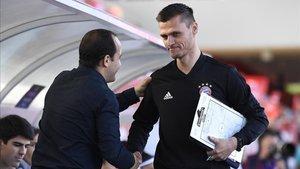 Lluís Cortés saluda al técnico del Bayern, Thomas Woerle