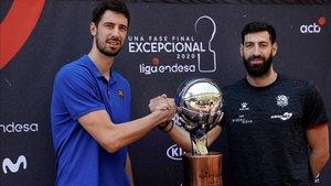 Los dos capitanes, Tomic (Barça) y Shengelia (Baskonia) posaron con el título