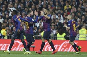 Luís Suárez celebra junto a Leo Messi un gol durante el partido de vuelta de semifinales de la Copa del Rey que Real Madrid y FC Barcelona disputan esta noche en el estadio Santiago Barnabéu, en Madrid.