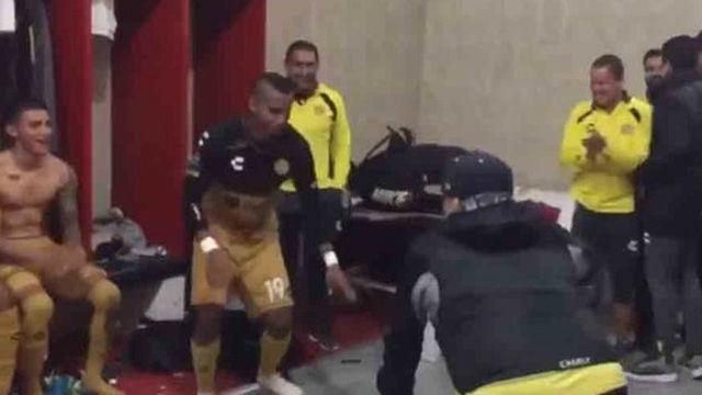 Maradona se olvida de Messi y de sus muletas para ponerse a bailar