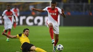 Mbappé supera a Sokratis en una acción del Borussia Dortmund - Mónaco