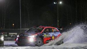 Neuville domina sobre la nieve de Suecia