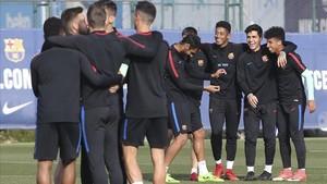 La plantilla del Barça B muestra su unión durante el entrenamiento de este viernes