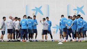 La plantilla y el staff técnico del Barça durante un entrenamiento
