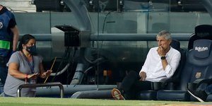 Quique Setién observa desde el banquillo el partido de LaLiga Santander entre el FC Barcelona y el Athletic de Bilbao disputado en el Camp Nou.