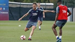 Rakitic sigue entrenando fuerte con el Barça mientras medita su futuro