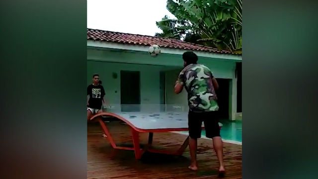 Ronaldinho disfruta junto a su hijo jugando al ping pong fútbol