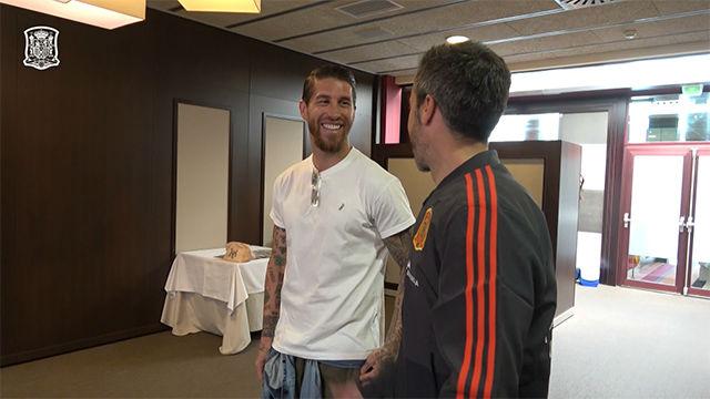Sergio Ramos visitó a la Selección femenina en su preparación para el Mundial