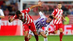 Stuani disputando una pelota en el juego de ida ante el Valladolid