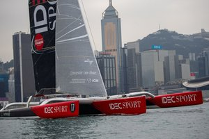 El trimaran IDEC SPORT, pilotado por Francis Joyon, navega en el Victoria Harbour en Hong Kong, China.