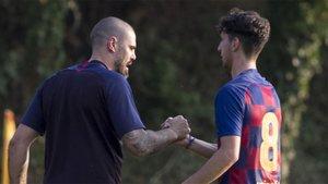 Víctor Valdés con su jugador Oriol Soldevila, en el primer amistoso