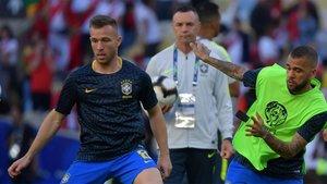Arthur Melo y Dani Alves durante un entrenamiento de la selección de Brasil