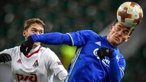 benjami Verbic cabecea un balón en el partido de Europa League frente al Lokomotiv de Moscú