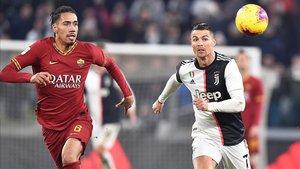 Cristiano Ronaldo pujando un balón