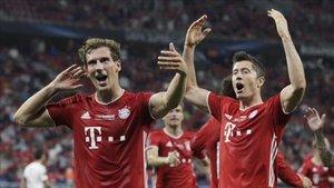 Goretzka y Lewandowski celebran el gol del empate del Bayern ante el Sevilla