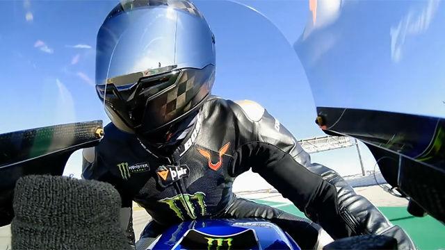 Hamilton sorprende con su pilotaje sobre la moto de Valentino Rossi