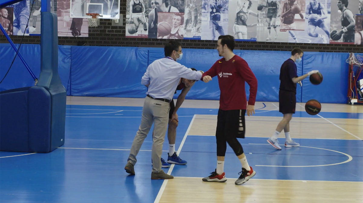 Josep Maria Bartomeu visita la plantilla del Barça de baloncesto
