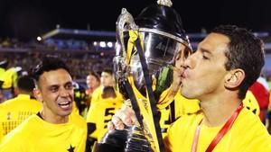 El jugador de Peñarol Maxi Rodríguez besa la copa