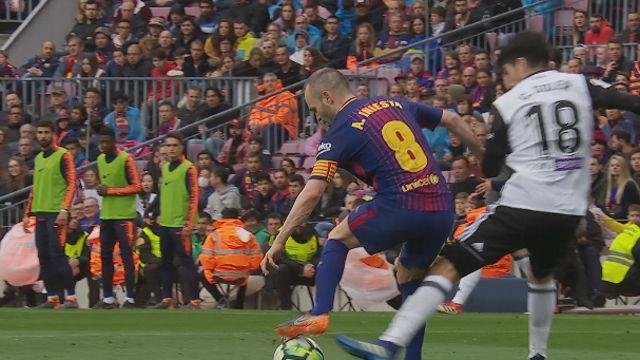 LALIGA | FC Barcelona - Valencia (2-1): El detalle de calidad de Iniesta