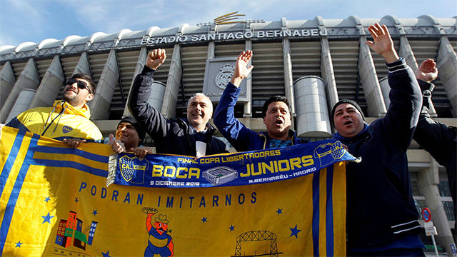 Los aficionados de Boca tiñen las calles de Madrid de amarillo y azul