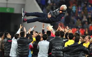 Marcello Lippi es manteado tras conseguir la tercera liga consecutiva