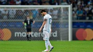 Messi cabizbajo con una Argentina decepcionante