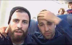 Piqué y Jordi Alba, al inicio del Periscope en el avión
