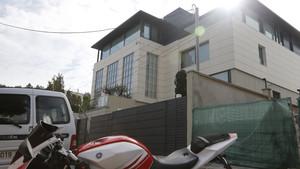 La residencia de Philippe Coutinho y a la derecha, el acceso a las obras que se llevan a cabo al lado de la misma