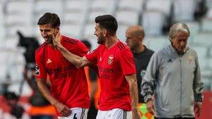 Ruben Dias (izquierda) celebra con Pizzi su gol con el Benfica ante el Moreirense