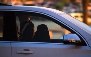 Una mujer saudí aprende a conducir junto a su instructora libanesa, en Riad, el pasado mayo.
