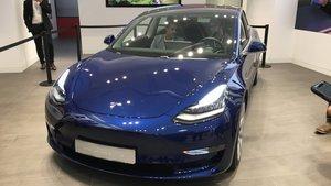 Primer Tesla Model 3 de España, en la tienda de Barcelona en la Calle Rosselló.