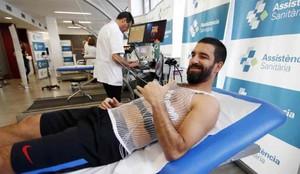 Arda Turan, durante la revisión médica