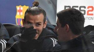 Bale y Courtois en el banquillo del Camp Nou